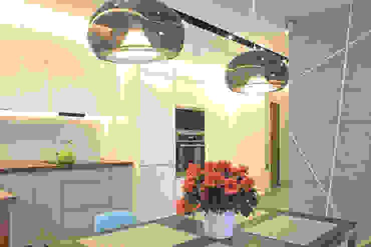 Mieszkanie 56 m² w Ząbkach pod Warszawą / Jadalnia Nowoczesna jadalnia od Sceneria Nowoczesny