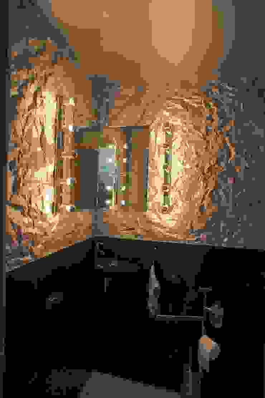 Phòng tắm phong cách kinh điển bởi LEWISA home Kinh điển