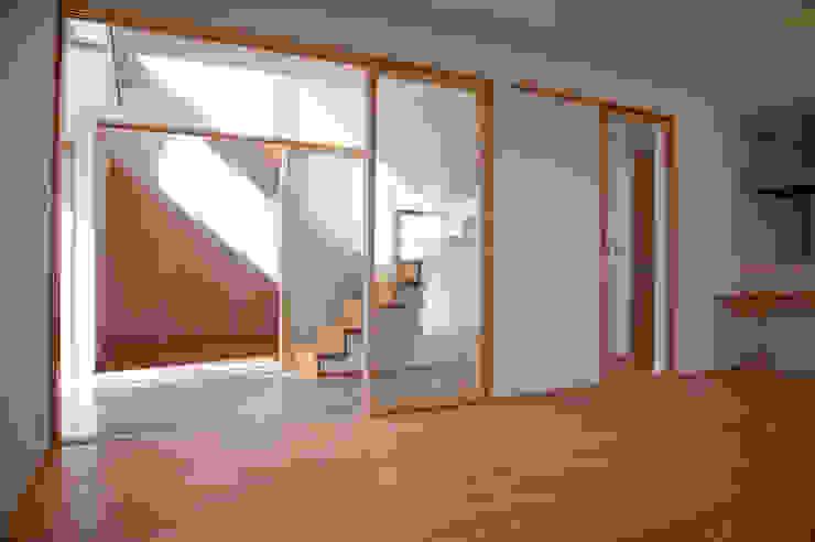 土間広場から繋がる家族と趣味の空間 モダンデザインの リビング の m+h建築設計スタジオ モダン