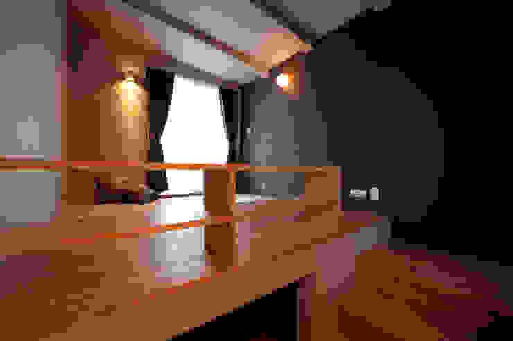 土間広場から繋がる家族と趣味の空間 モダンスタイルの寝室 の m+h建築設計スタジオ モダン