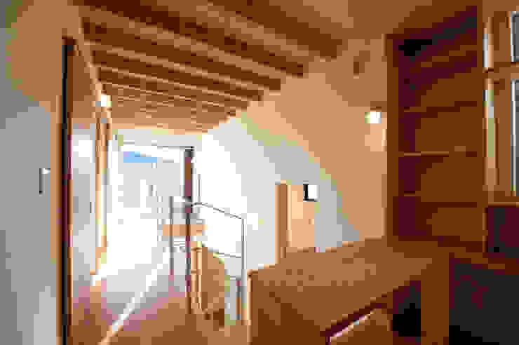土間広場から繋がる家族と趣味の空間 モダンスタイルの 玄関&廊下&階段 の m+h建築設計スタジオ モダン