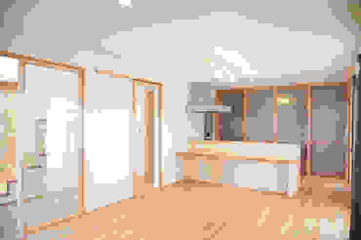 土間広場から繋がる家族と趣味の空間 モダンな キッチン の m+h建築設計スタジオ モダン