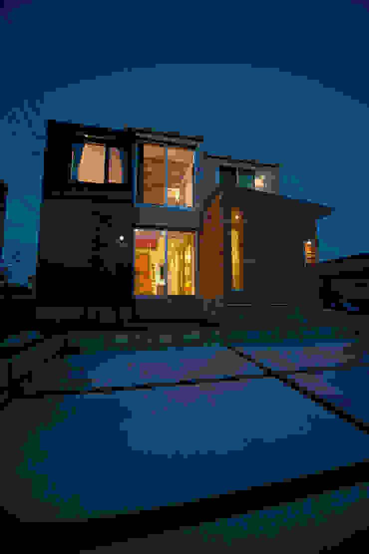 土間広場から繋がる家族と趣味の空間 モダンな 家 の m+h建築設計スタジオ モダン