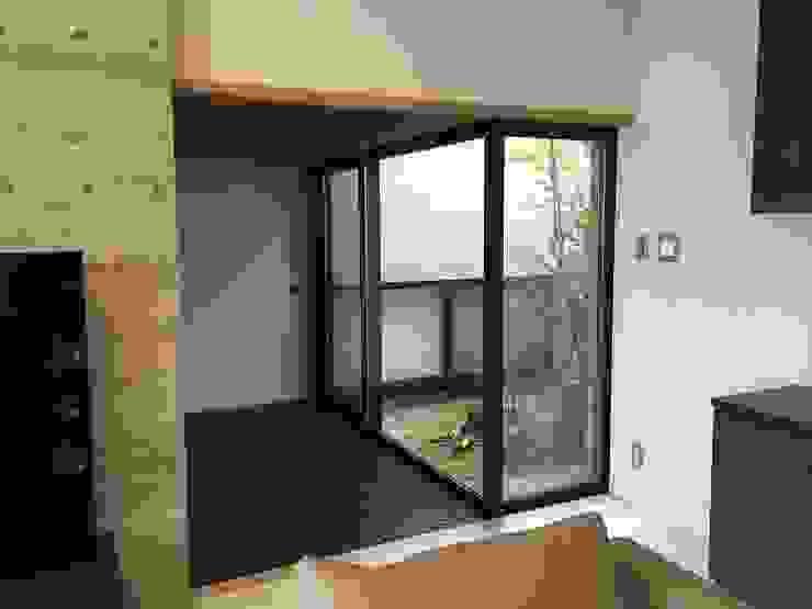9階の渡り廊下 モダンスタイルの 玄関&廊下&階段 の 松田靖弘建築設計室 モダン