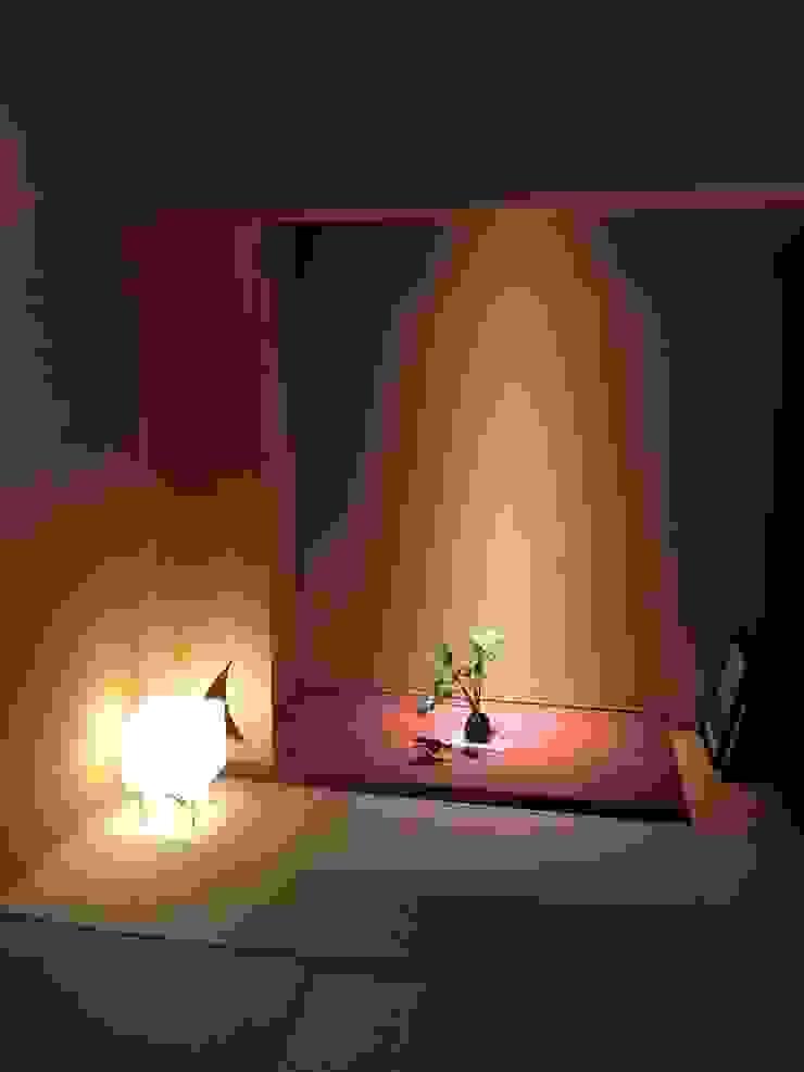 和室の床の間 モダンデザインの 多目的室 の 松田靖弘建築設計室 モダン