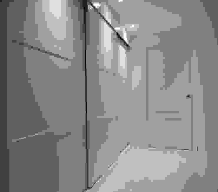 VESTIDOR DE DORMIT PRINC CON ACCESO AL BAÑO AL FONDO. Dormitorios de estilo moderno de ERRASTI Moderno