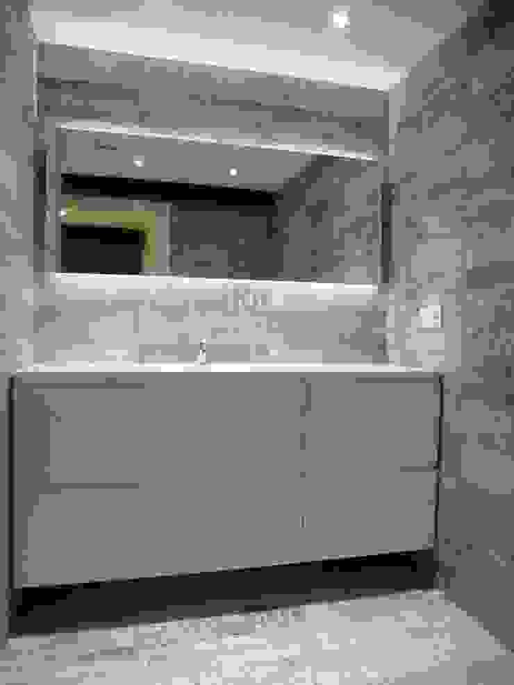 MUEBLE LAVABO DE BAÑO EN DORMIT PRINC. ESPEJO RETROILUMINADO CON LEDS. Baños de estilo moderno de ERRASTI Moderno