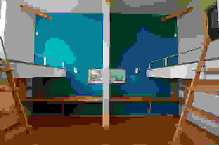 Chambre d'enfant moderne par m+h建築設計スタジオ Moderne