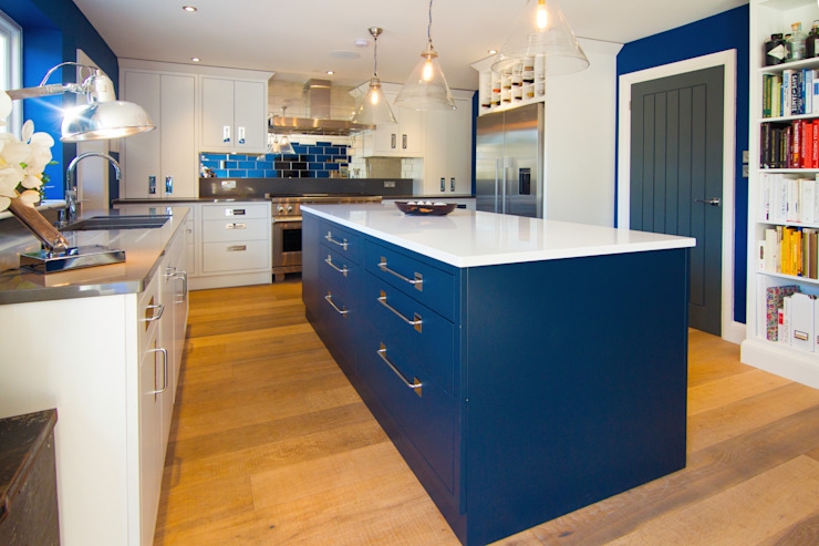 Blue and white modern kitchen homify Modern style kitchen