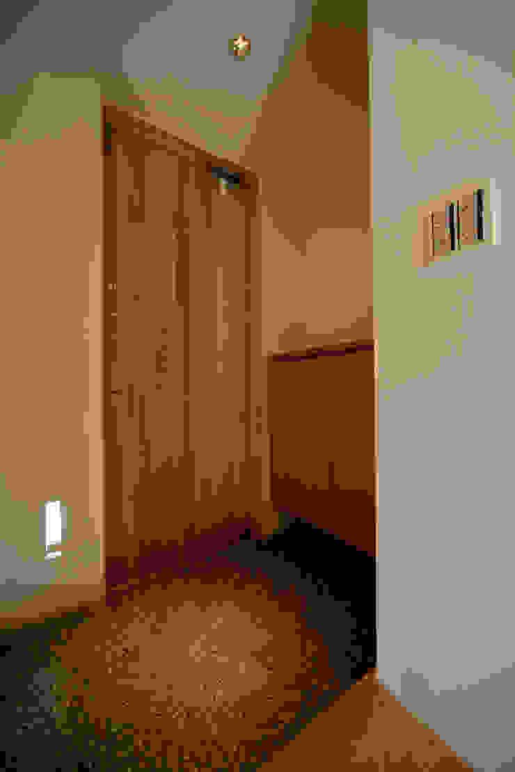玄関−1 ミニマルな 家 の 有限会社クリエデザイン/CRÉER DESIGN Ltd. ミニマル