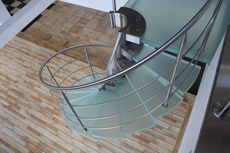 RVS spiraaltrap met glazen treden: modern  door Allstairs Trappenshowroom, Modern