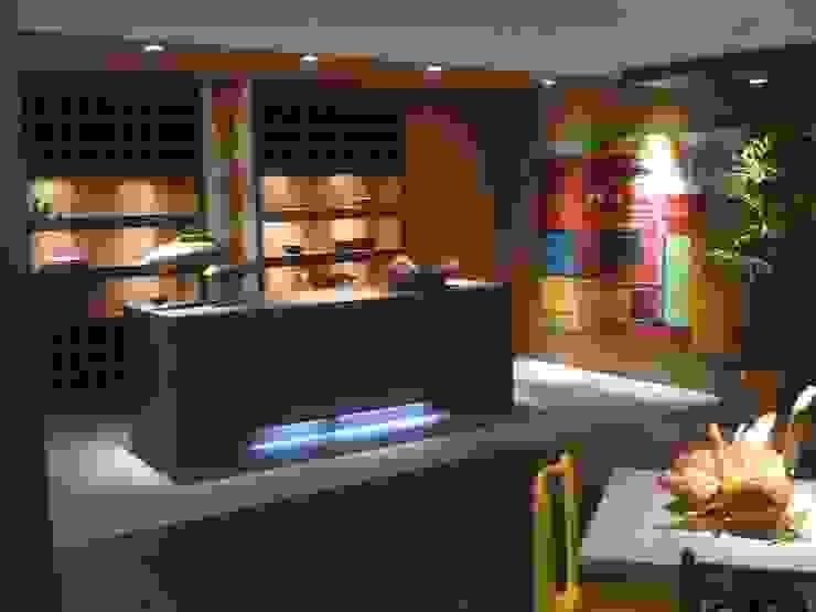 CARMELLO ARQUITETURA ห้องครัวตู้เก็บของและชั้นวางของ