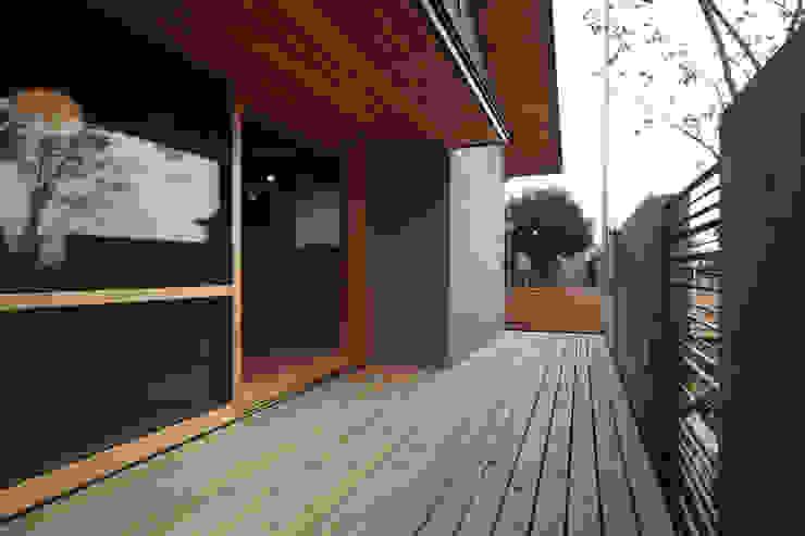 ウッドデッキ: 青木昌則建築研究所が手掛けた壁です。,和風