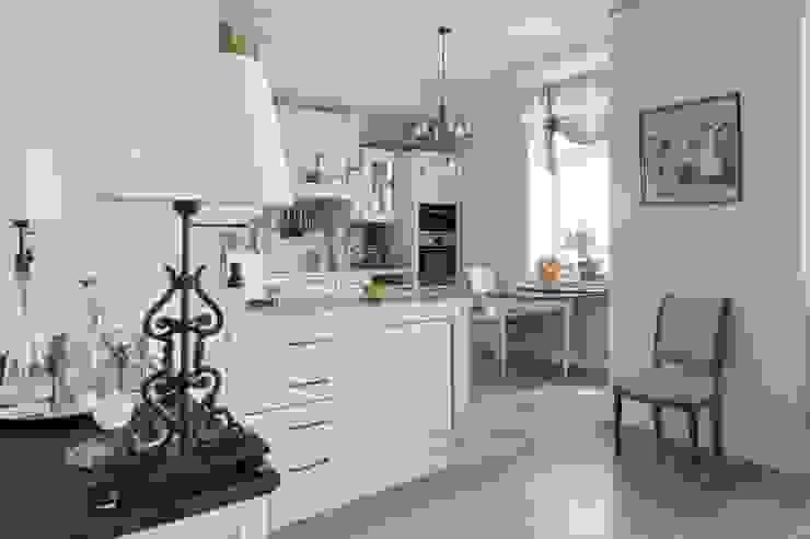 Светлая квартира Кухня в классическом стиле от ANIMA Классический