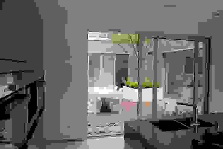 Eetterras dicht bij de keuken Moderne balkons, veranda's en terrassen van Stoop Tuinen Modern