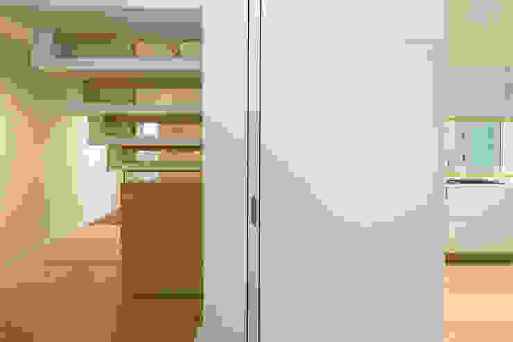 Pocket door detail Nhà bếp phong cách hiện đại bởi Gavin Langford Architects Hiện đại