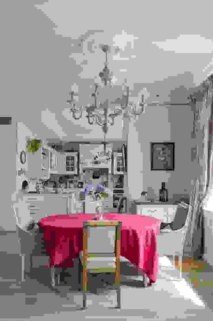 Светлая квартира Столовая комната в стиле модерн от ANIMA Модерн
