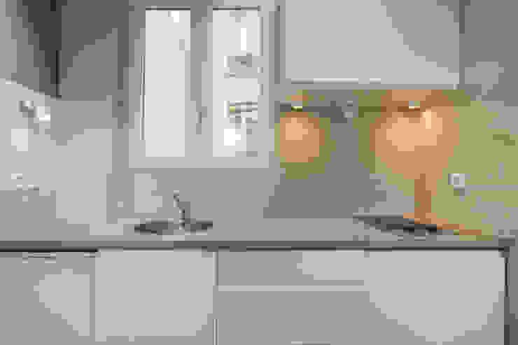 Modern kitchen by cristina velani Modern