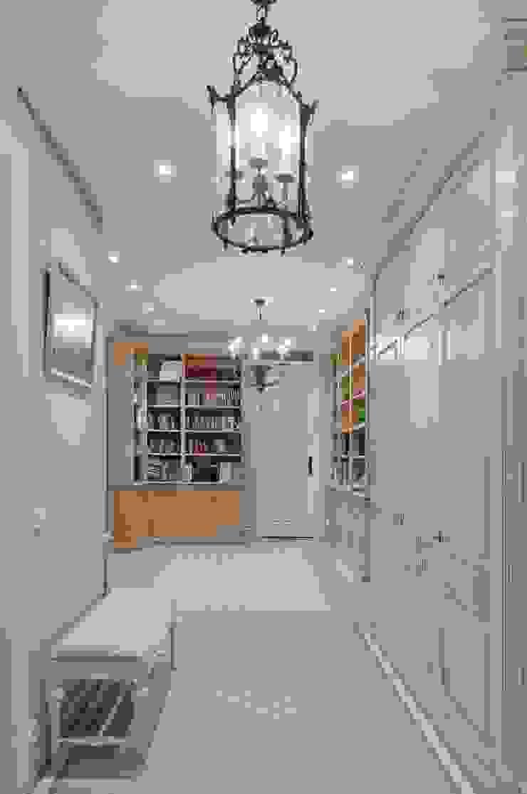 Светлая квартира Коридор, прихожая и лестница в классическом стиле от ANIMA Классический