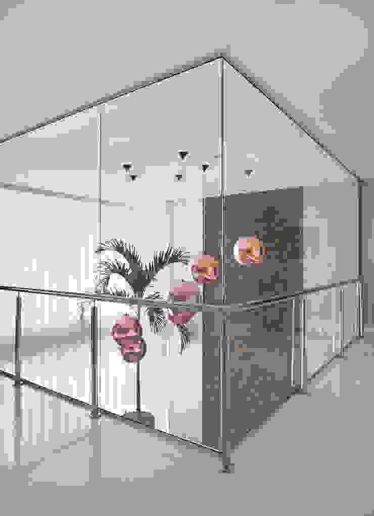Pasillos, vestíbulos y escaleras modernos de Arquitetura e Interior Moderno