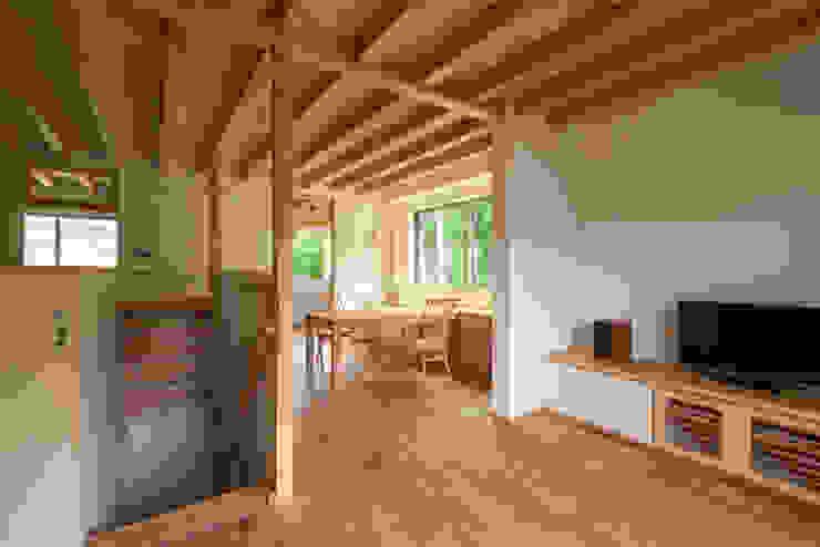リビングからダイニングを見る 北欧デザインの リビング の 青木昌則建築研究所 北欧