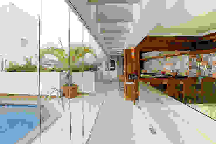 Balcones y terrazas de estilo tropical de Mayra Lopes Arquitetura | Interiores Tropical