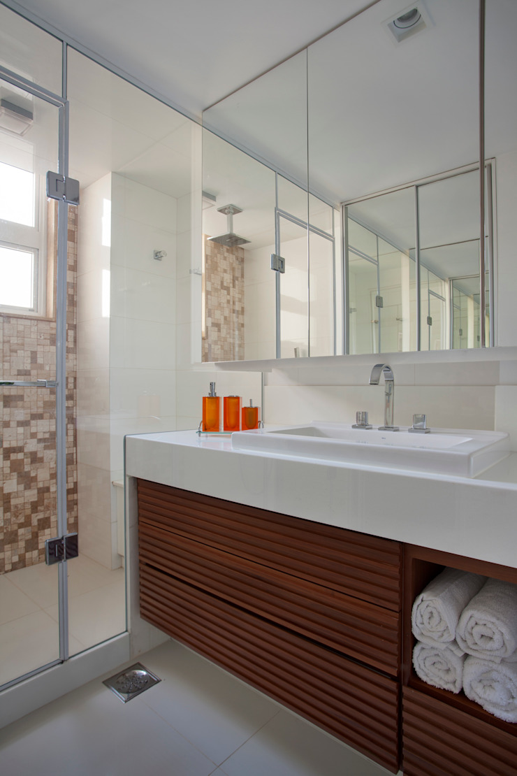 Modern style bathrooms by Da.Hora Arquitetura Modern