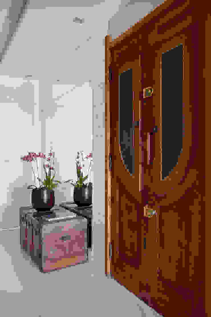 Eclectic corridor, hallway & stairs by Da.Hora Arquitetura Eclectic