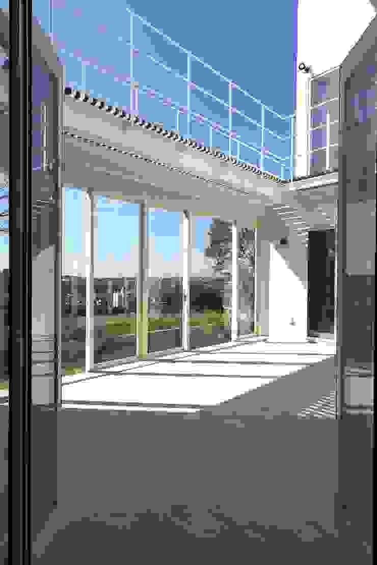玄関からコート モダンデザインの テラス の (有)設計工房TOGAWA モダン
