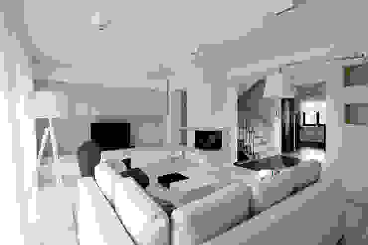 Realizacja projektu domu 160 m2 pod Krakowem Nowoczesny salon od Lidia Sarad Nowoczesny