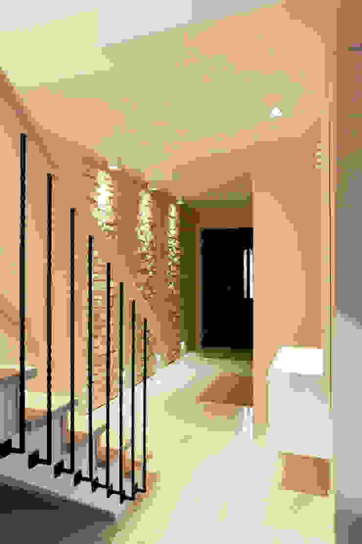 Realizacja projektu domu 160 m2 pod Krakowem Nowoczesny korytarz, przedpokój i schody od Lidia Sarad Nowoczesny