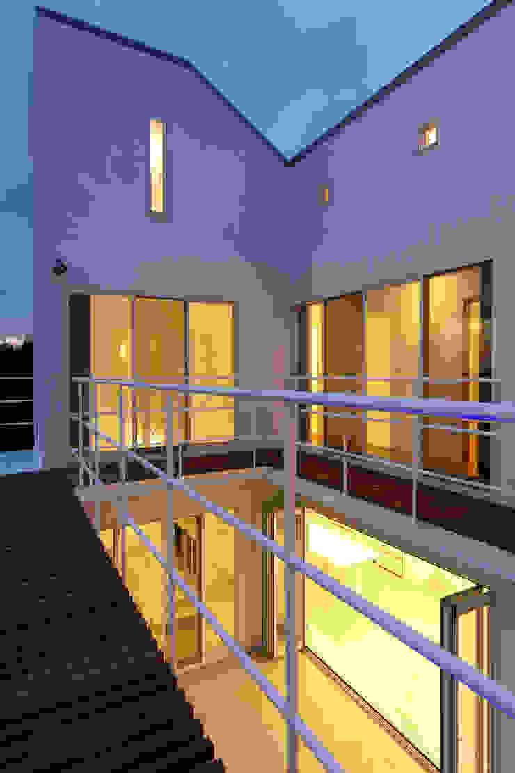 2階デッキからコート モダンデザインの テラス の (有)設計工房TOGAWA モダン