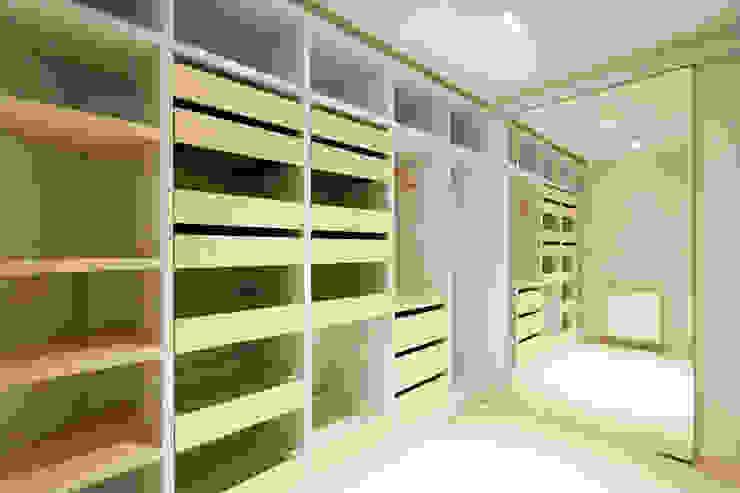 Realizacja projektu domu 160 m2 pod Krakowem Nowoczesna garderoba od Lidia Sarad Nowoczesny