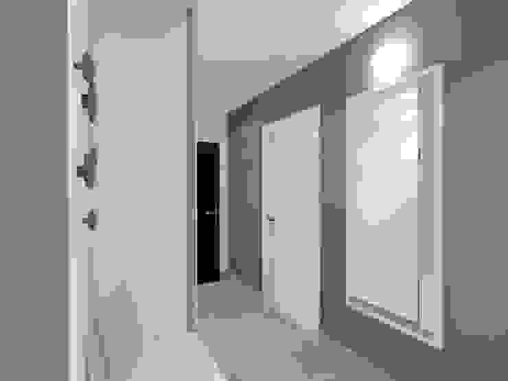 Projekt wnętrza mieszkania 70 m2 w Krakowie Nowoczesny korytarz, przedpokój i schody od Lidia Sarad Nowoczesny