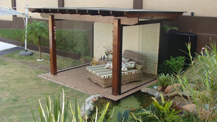 Сад в тропическом стиле от Flávia Brandão - arquitetura, interiores e obras Тропический