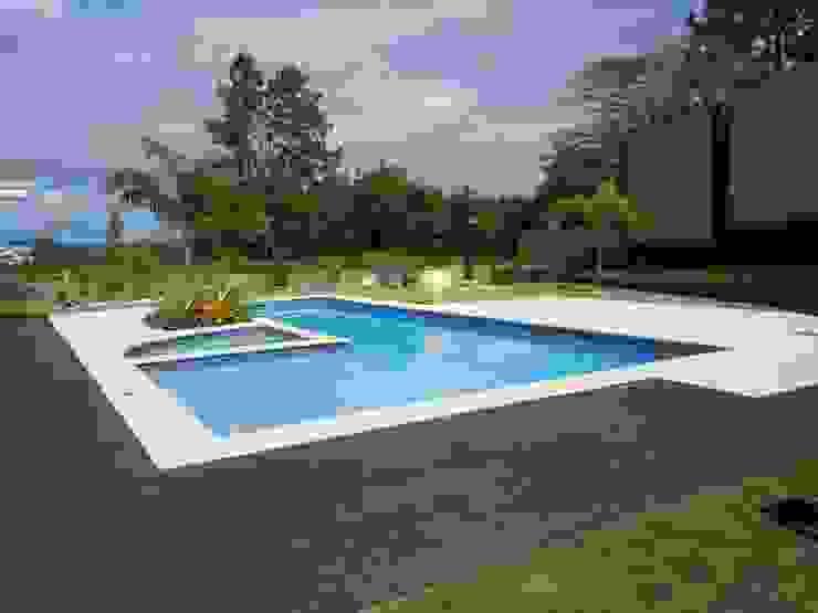 Piscina e spa Piscinas tropicais por Flávia Brandão - arquitetura, interiores e obras Tropical