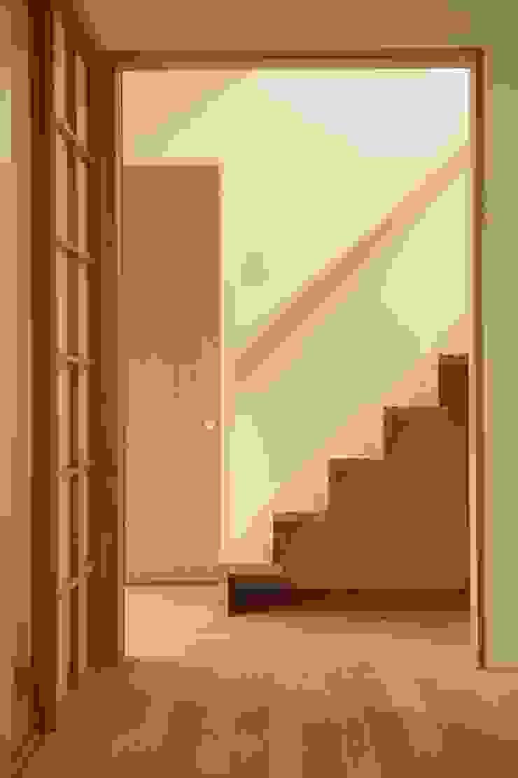 階段 有限会社クリエデザイン/CRÉER DESIGN Ltd. モダンスタイルの 玄関&廊下&階段