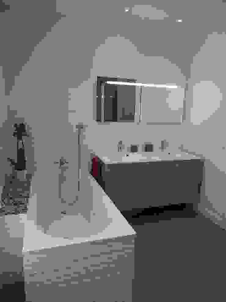 Maison agrandie et rénovée de tous cotés agence MGA architecte DPLG Salle de bain moderne