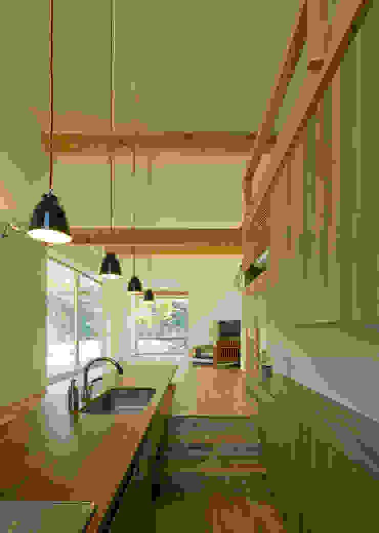 チ-クの1枚板で出来たキッチンと食卓 IBC DESIGN モダンな キッチン