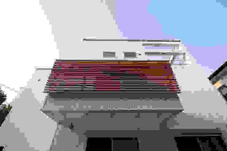 『光あふれる家族スペースの住まい』 モダンな 家 の m+h建築設計スタジオ モダン