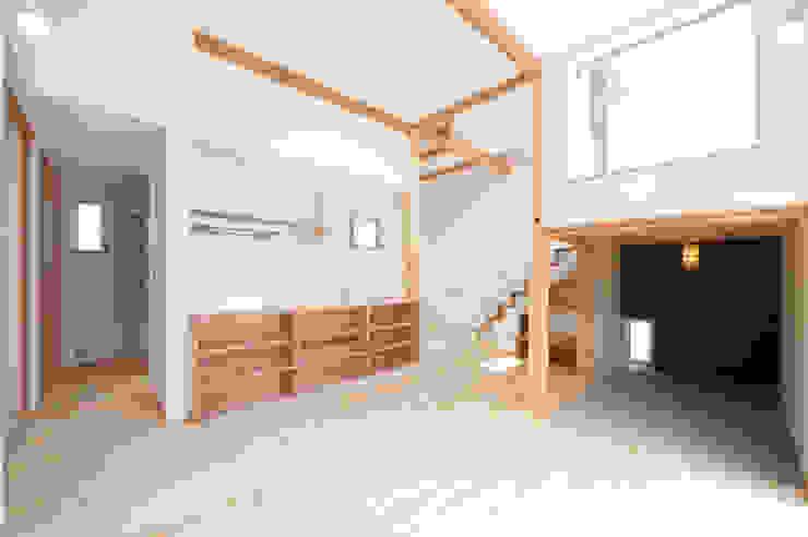 『光あふれる家族スペースの住まい』 モダンデザインの リビング の m+h建築設計スタジオ モダン