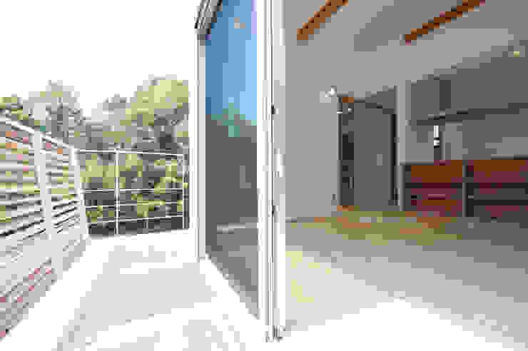 『光あふれる家族スペースの住まい』 モダンデザインの テラス の m+h建築設計スタジオ モダン