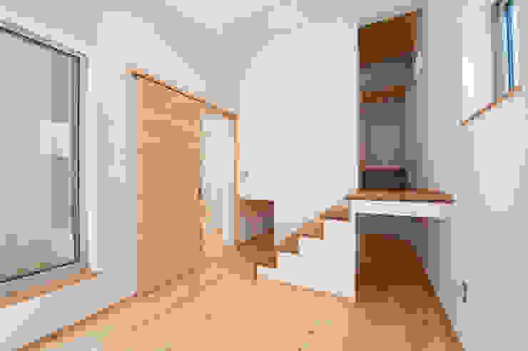 『光あふれる家族スペースの住まい』 モダンスタイルの寝室 の m+h建築設計スタジオ モダン