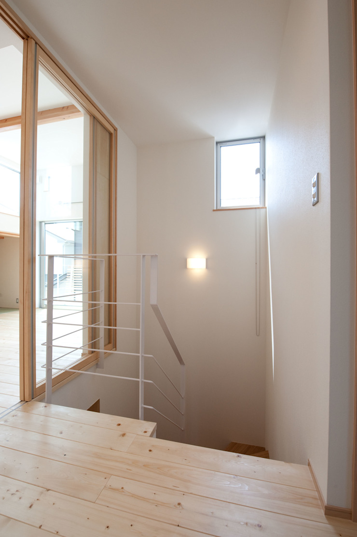 『光あふれる家族スペースの住まい』 モダンスタイルの 玄関&廊下&階段 の m+h建築設計スタジオ モダン