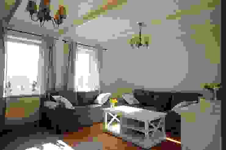 Wohnzimmer im Landhausstil von Grzegorz Popiołek Projektowanie Wnętrz Landhaus