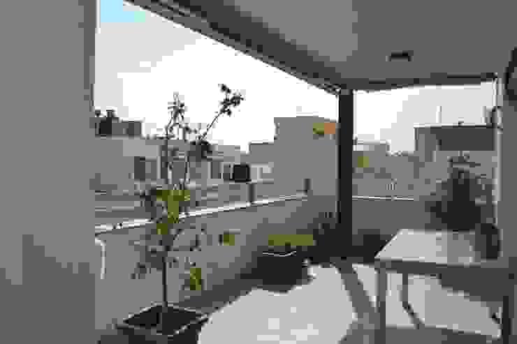 Casa Victor & MªJosé Balcones y terrazas de estilo moderno de Mireia Cid Moderno
