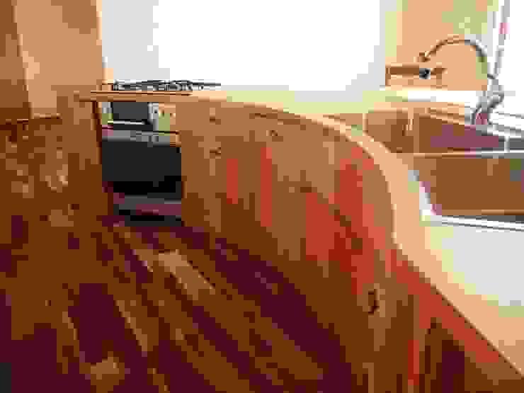 扇形の木のキッチン: 家具工房旅する木が手掛けた工業用です。,インダストリアル