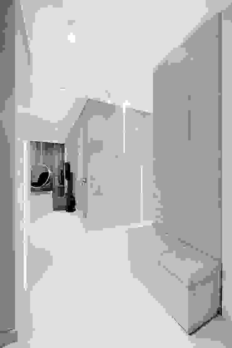 Minimalist corridor, hallway & stairs by Finchstudio Minimalist
