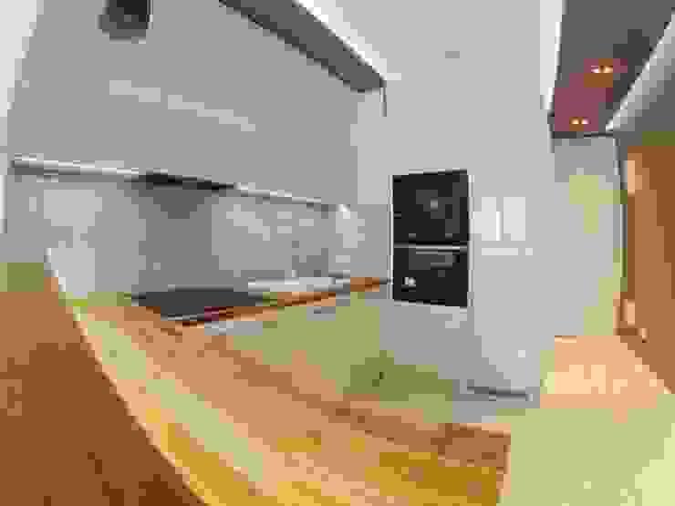 Kuchnia na wymiar do małego mieszkania od Szafawawa Nowoczesny
