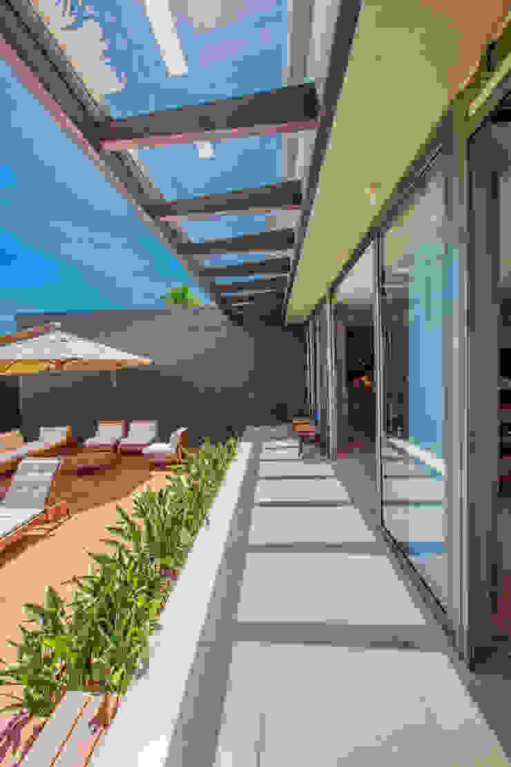 Deck Varandas, alpendres e terraços modernos por WTstudio Moderno